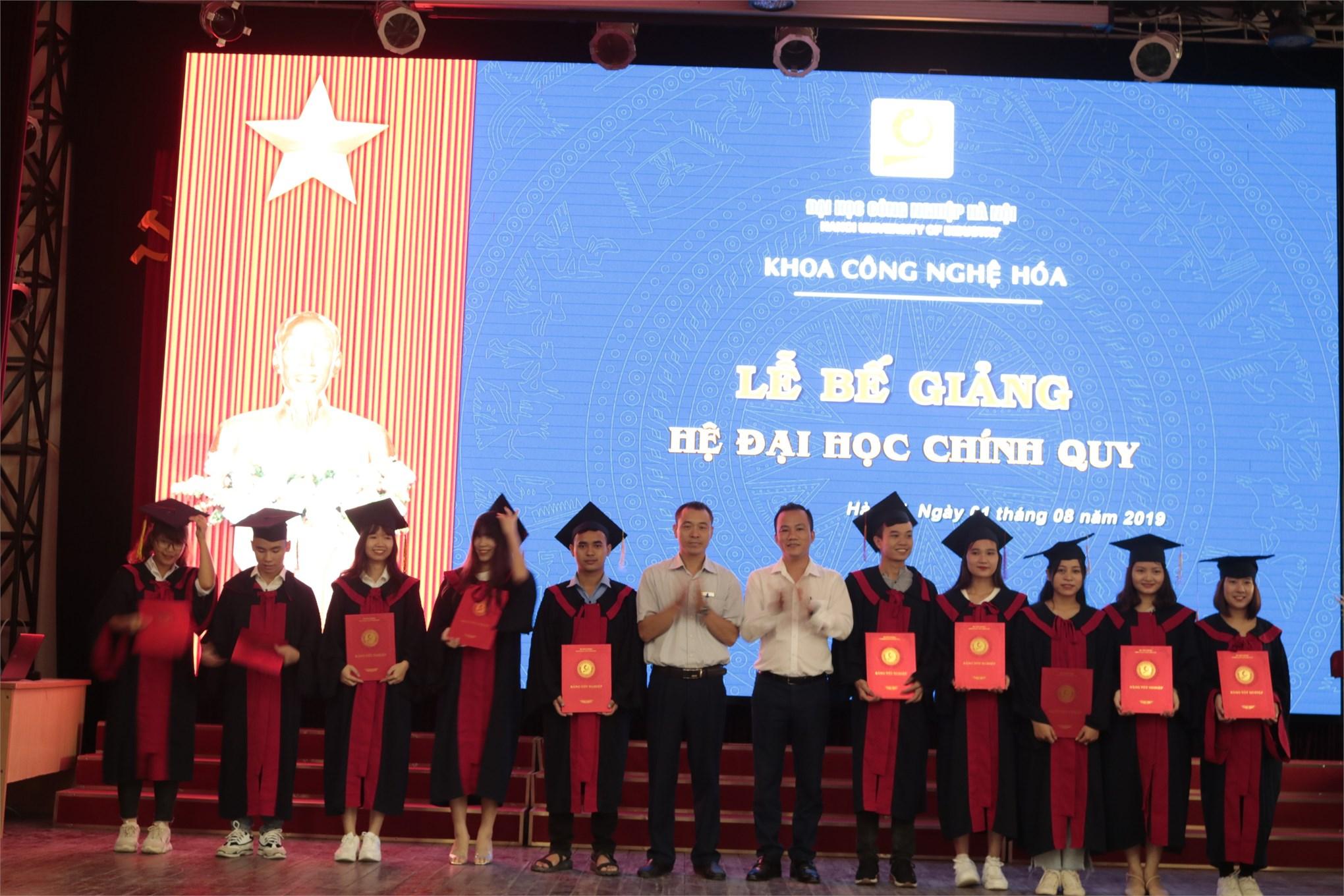 Lễ bế giảng Đại học chính qui khóa 10 Khoa Công nghệ hóa