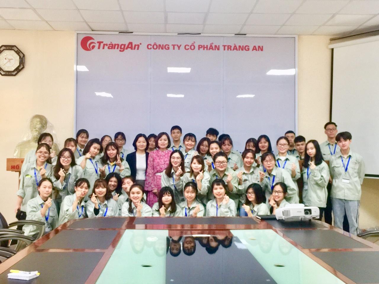 Sinh viên Đại học Thực phẩm K13 Khoa Công nghệ Hóa kiến tập tại Công ty bánh kẹo Tràng An