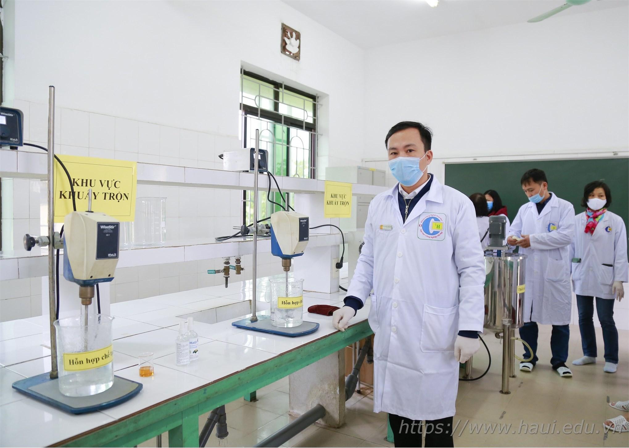 Chung tay vì sức khỏe cộng đồng: Khoa Công nghệ hóa sản xuất dung dịch rửa tay khô phát miễn phí cho cán bộ, giảng viên, sinh viên Nhà trường