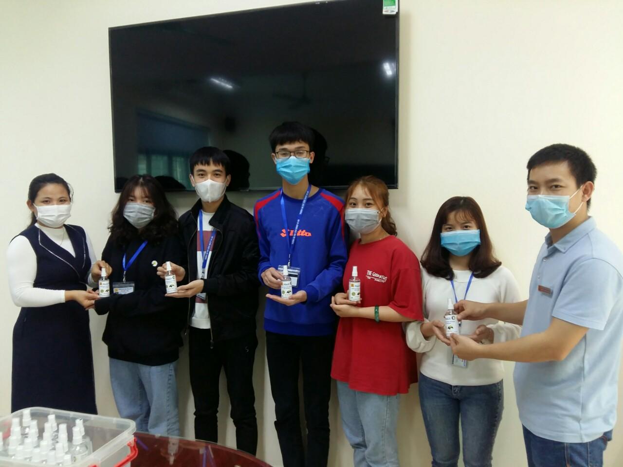 Giảng viên và sinh viên Khoa Công nghệ hóa quyết tâm hoàn thành mục tiêu sản xuất 30.000 chai nước rửa tay khô vì sức khỏe cộng đồng