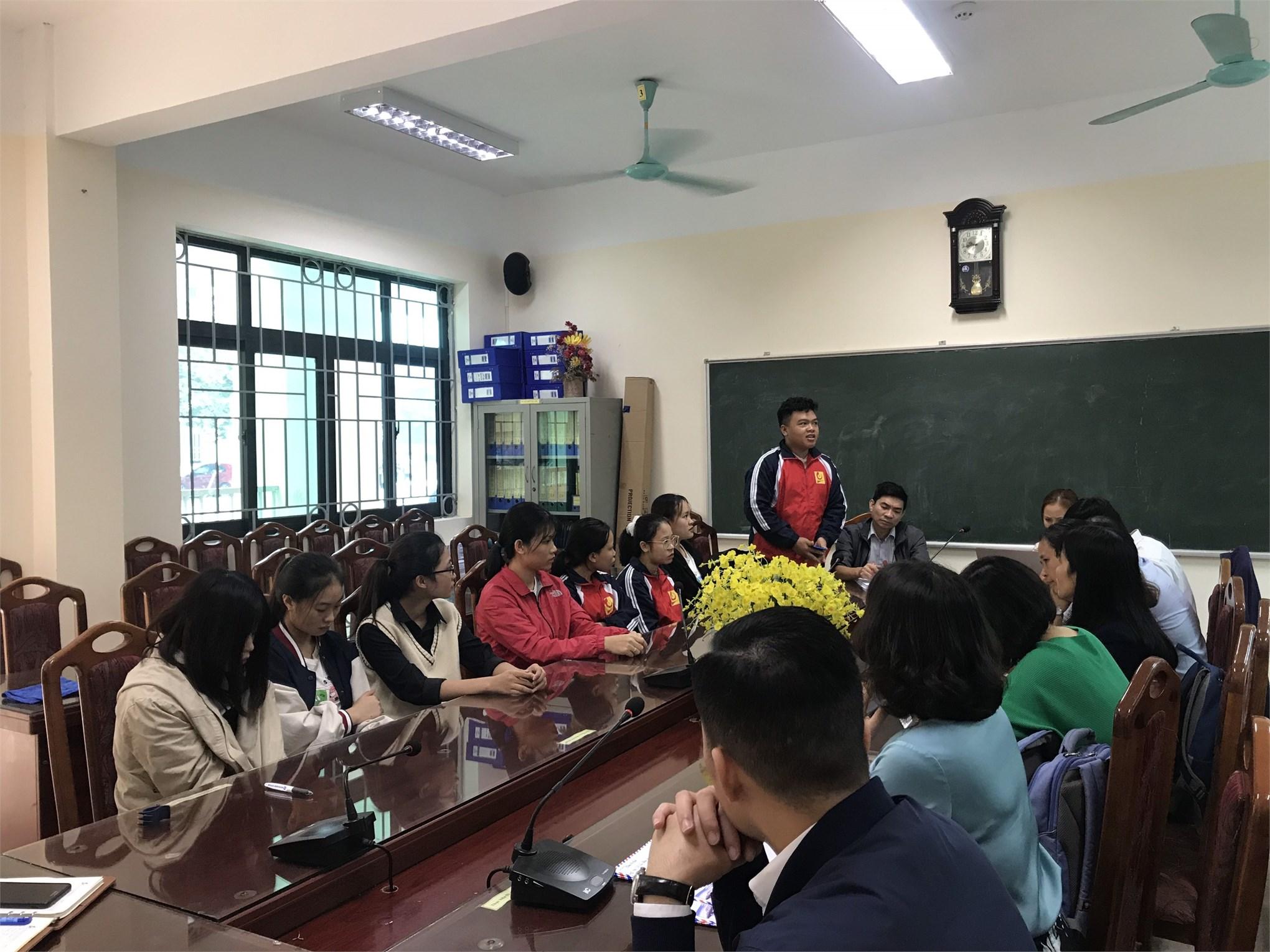 Trao quà thăm hỏi sinh viên miền Trung bị ảnh hưởng bởi mưa lũ