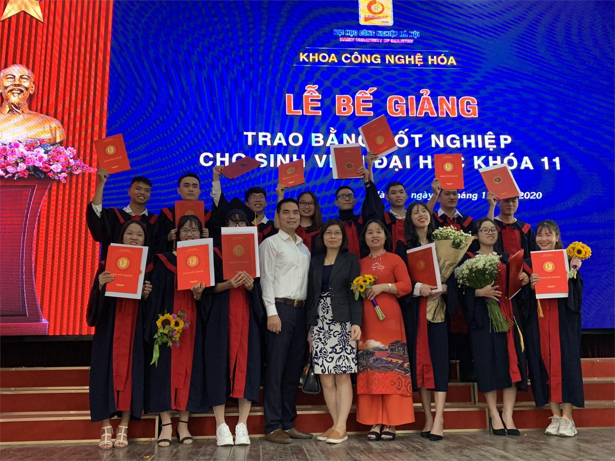 Lễ bế giảng và trao bằng tốt nghiệp cho sinh viên Đại học khóa 11 Khoa Công nghệ Hóa