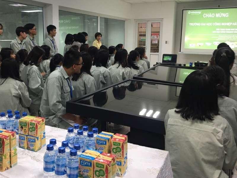 Sinh viên Đại học Thực phẩm K13 Khoa Công nghệ Hóa kiến tập tại Nhà máy sữa VinaSoy Bắc Ninh