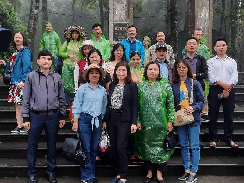 Chi bộ Khoa Công nghệ Hóa sinh hoạt chuyên đề tại Đền thờ Bác Hồ trên đỉnh Ba Vì