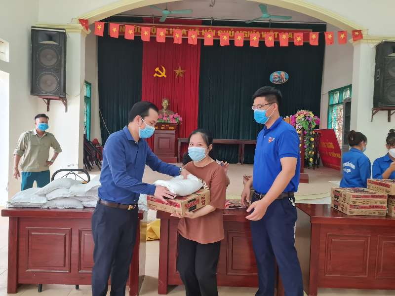 Tổ chức trao quà hỗ trợ sinh viên gặp khó khăn do dịch COVID-19 tại phường Tây Tựu quận Bắc Từ Liêm