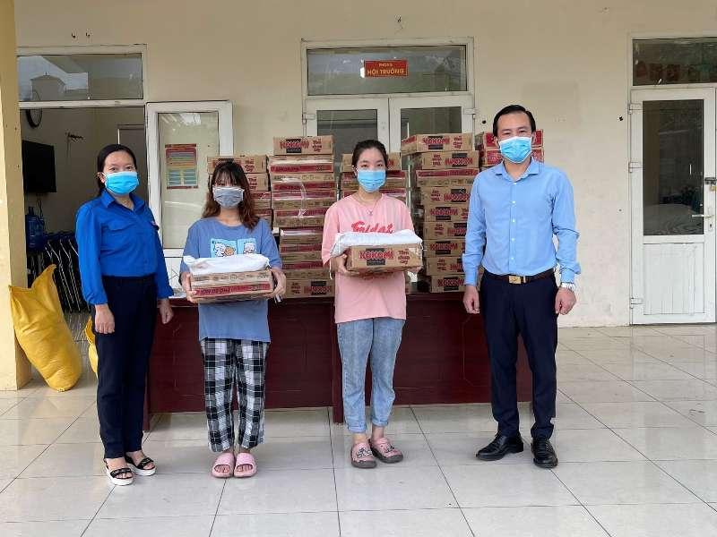 Trao quà trao quà hỗ trợ sinh viên gặp khó khăn do dịch COVID-19 tại phường Phương Canh quận Nam Từ Liêm